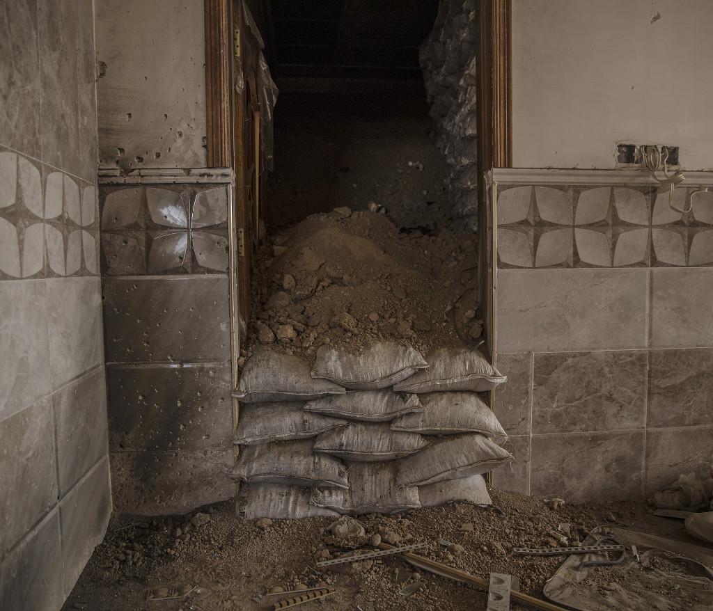 För att ingen ska kunna se i vilka hus IS grävt sina underjordiska tunnlar göms mängder med jord inne i de hus där IS grävt tunnlarna. Foto: Magnus Wennman