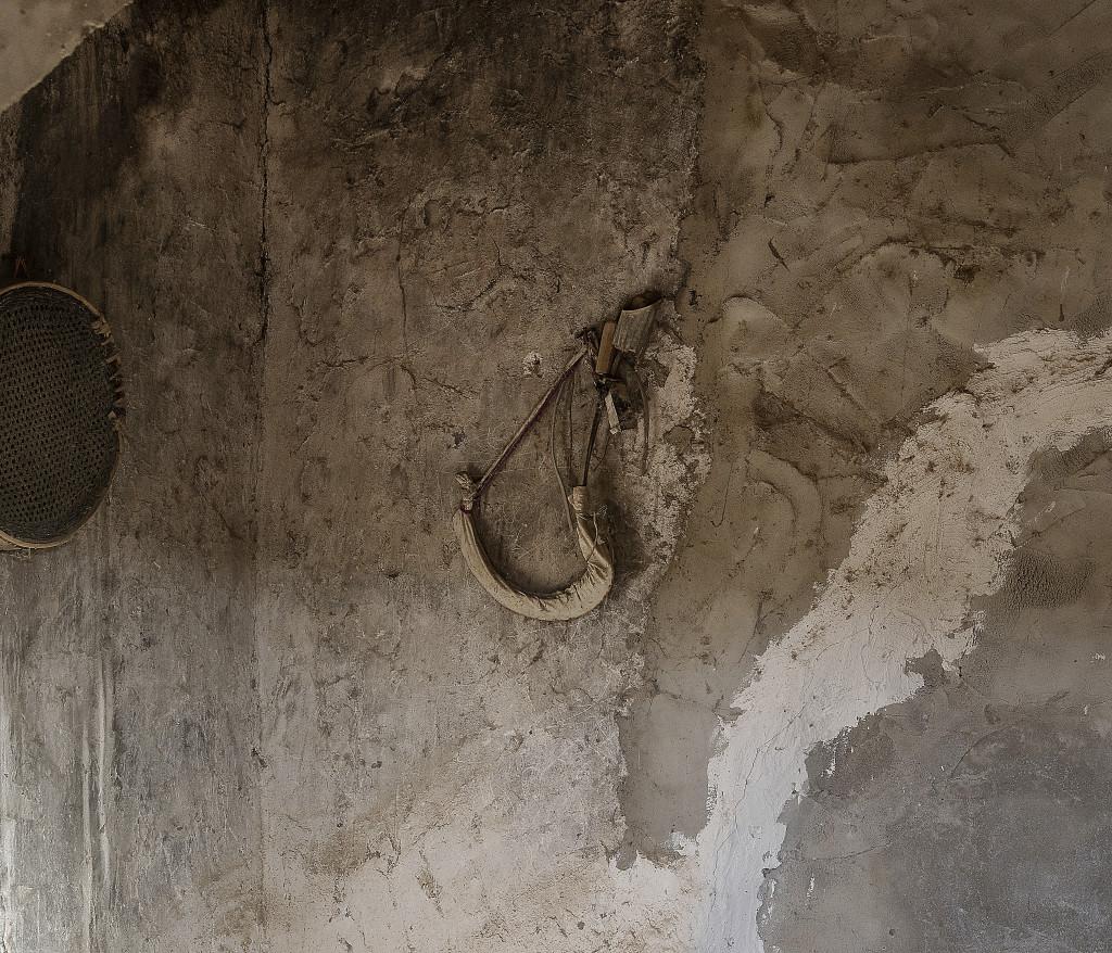 Ett självmordsbälte hänger på väggen i ett av IS-husen i en by tidigare kontrollerad av IS. Foto: Magnus Wennman