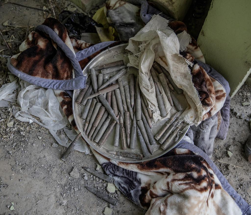 Ammunition i ett av IS-husen i en by tidigare kontrollerad av IS. Foto: Magnus Wennman