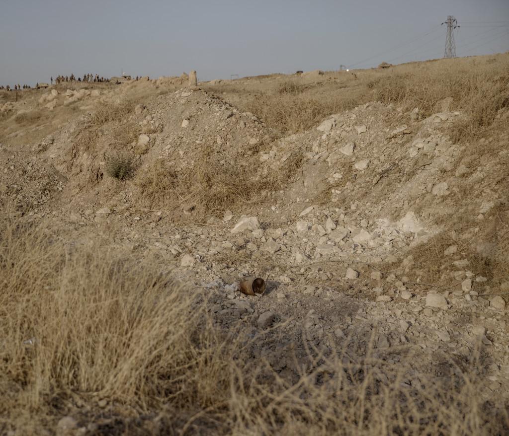 En ied (improvised explosive device) vid vägkanten utanför byn Nawaran norr om Mosul. Foto: Magnus Wennman