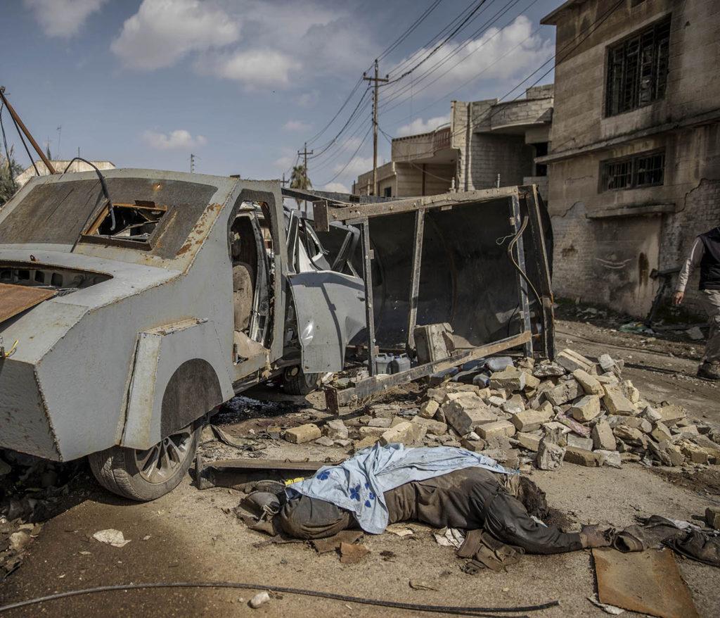 En död IS-krigare ligger intill den bepansrade självmordsbilen som han körde. Foto: Magnus Wennman